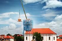 Opravenou kupoli novoveselského kostela vraceli zpět na její místo. Do makovice byly ještě předtím vloženy jak původní historické zprávy, tak i aktuální poselství budoucím generacím.