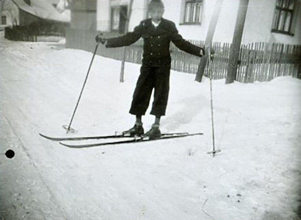 Zvláště ve vyšších polohách bývalo sněhu vždycky hodně. Dospělé potrápil, děti si ho užívaly.