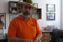Ředitel Základní školy Švermova ve Žďáře nad Sázvou je mezi svými žáky oblíbený. Říkají o něm, že nezkazí žádnou legraci. Takhle jste ho ve škole mohli potkat například při březnové akci Barevný den, kdy žáci i učitelé nosili co nejvíce barevné oblečení.
