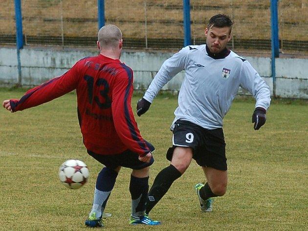 Fotbalisté Pelhřimova (ve světlém dresu) jasně vyhráli na hřišti Žirovnice. Trenér Leoš Mitas však spokojeností rozhodně nesršel.