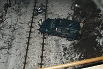 Třiatřicetiletý řidič vozu skončil v úterý večer v kolejišti nedaleko Žďáru nad Sázavou. Za nehodu, při níž sjel šofér ze srázu, může podle policistů mikrospánek. Muž byl při hrozivě vypadající havářii lehce zraněn.