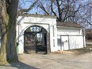 Handrkování dvou pohřebních služeb musela řešit radnice.