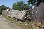 Poniíčený plot v Rovném po záplavách.