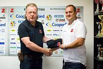 Takto se v srpnu roku 2016 při podpisu smlouvy usmívali manažer hokejistů Žďáru Miloslav Šimon (vlevo) a tehdy novopečený trenér Plamenů Michal Konečný.
