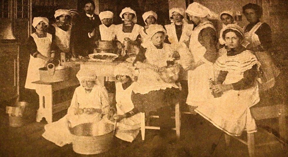 Nepřeberné množství starých receptů nabízí i dochované kuchařské knihy. Na snímku jsou členky kuchařského kurzu tehdejší oblíbené autorky kuchařských knih z počátku 20. stoleltí Anuše Kejřové.