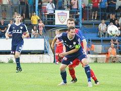 Lukáš Michal (v modrém dresu), který má i prvoligové zkušenosti, dotáhl jako správný kapitán fotbalisty Vrchoviny k triumfu v divizi a tím pádem i postupu do Moravskoslezské fotbalové ligy.