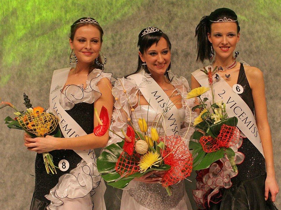 Miss Vysočiny pro rok 2008 se stala Andrea Navrátilová z Třebíče (uprostřed), titul první vicemiss získala Barbora Záňová z Chrasti u Chrudimi (vlevo), a druhou vicemiss se stala Štěpánka Havlíková z Třebíče.