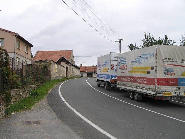 Bohdalovem projíždí hustá transitní doprava.