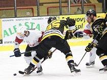 Hokejisté Moravských Budějovic (v tmavých dresech) se vraceli ze západu Čech s dobrou náladou. Odvezli si cennou výhru 4:2.