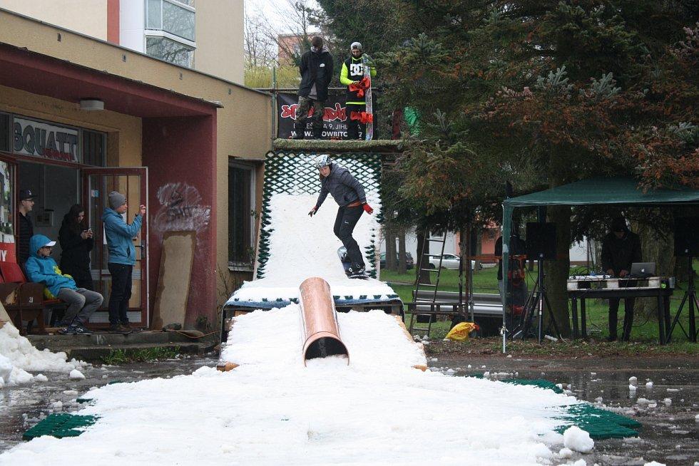 Druhý ročník akce Close winter shred odstartoval předposlední dubnovou sobotu hodinu po poledni pojezdy ze střechy budovy, ve které sídlí Squatt miniramp. Nedaleko centra Žďáru nad Sázavou to na improvizované rampě pokryté posledním letošním sněhem rozjel