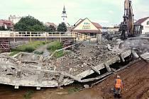Most přes řeku Balinku v Třebíčské ulici šel k zemi, stavbaři vybudují nové přemostění.
