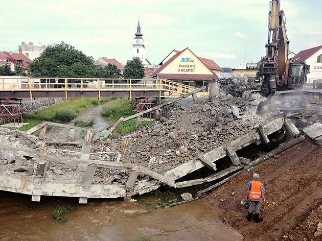 Starý most se poroučel do řeky o den dřív, do poloviny listopadu ho nahradí nový