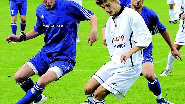 Bystřičtí fotbalisté se po nevýrazném úvodu zmátořili. Dařit se začíná i forvardovi Janu Holému (vlevo), který byl jedním z nejlepších hráčů v utkání s Humpolcem.