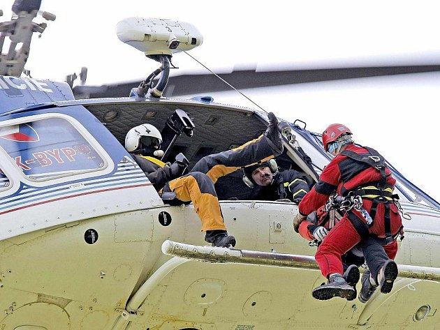 Čtrnáct záchranářů Horské služby České republiky (HSČR) trénovalo na louce nad Blatinami na Novoměstsku.