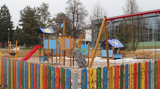 Rákosníčkovo hřiště už mají ve Žďáře nad Sázavou. V soutěži ho vyhráli předloni. Vybavení dětských koutků zdobí motivy oblíbeného Rákosníčka.