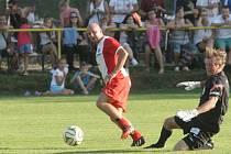 Dres fotbalového Velkého Meziříčí bude v následující sezoně oblékat ofenzivní záložník Pavel Mezlík (v červeném).