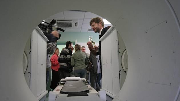 TECHNIKA POMÁHÁ LÉČIT. V novoměstské nemocnici je v provozu nová moderní gamakamera, kterou lékaři využívají v nukleární medicíně.