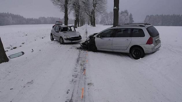Několik zraněných si vyžádala nehoda, k níž došlo v úterý tři hodiny po poledni mezi obcemi Vysoké a Lhotka na Žďársku.