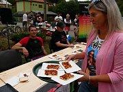 Ve Vírském Chilli Drakovi změřilo své síly deset příznivců pálivých pokrmů. Postupně vypadávali ti, kteří již nemohli v konzumaci předkládaného menu pokračovat.