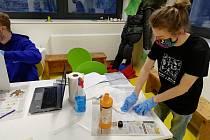 Dobrovolníci vyrábějí ochranné štíty pomocí 3D tiskáren.