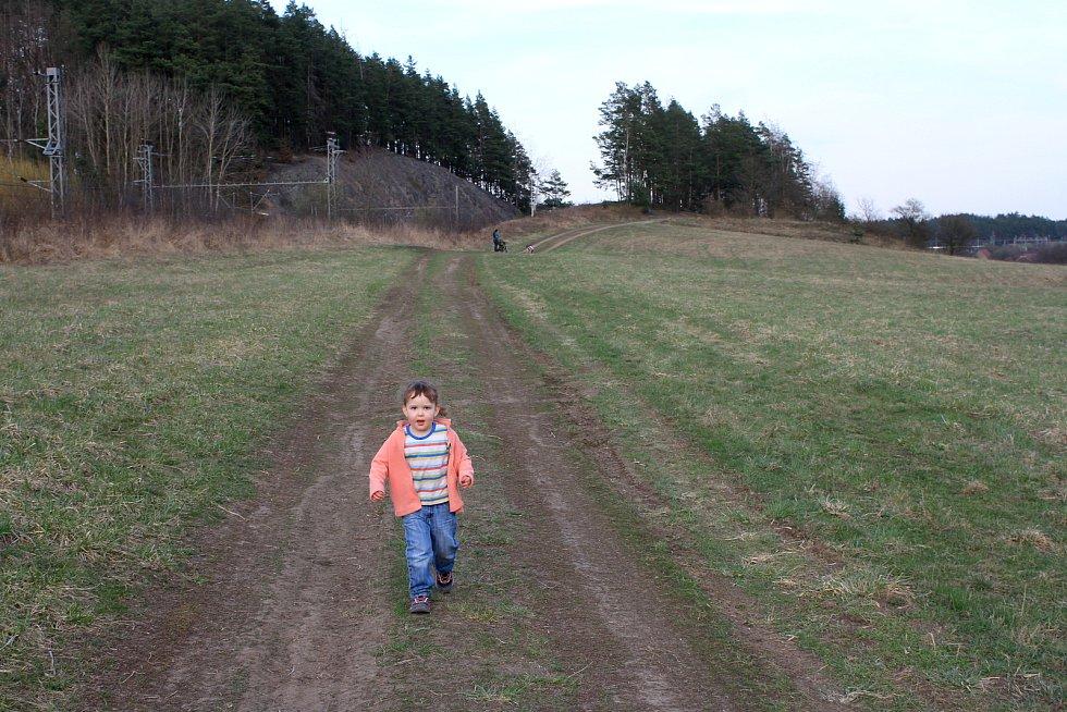 Takhle mi Zuzanelka až od mámy na horizontu utíká naproti, když je docházím od focení kytiček
