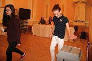 Do auly novoměstského gymnázia byla přistavena volební urna.