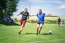 Takto v semifinále loňského ročníku turnaje v Nové Vsi bojovali o balon Milan Šandera z týmu Seniors (v modrém dresu) s Michalem Novotným z vítězného Agrostroje.