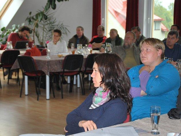 Svoji vizi individuálního odlesnění některých skalních vrcholů ve Žďárských vrších včera odpoledne v Křižánkách prezentovali ochranáři ze Správy Chráněné krajinné oblasti Žďárské vrchy v rámci diskuse s přizvanými odborníky.