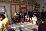 Členové Asociace rodičů a přátel zdravotně postižených dětí uspořádali vánoční tvořivé dílny.