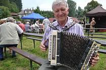 Ladislav Juránek z Koclířova u Svitav přijel do Bobrové na setkání harmonikářů se svojí 90 let starou heligonkou.
