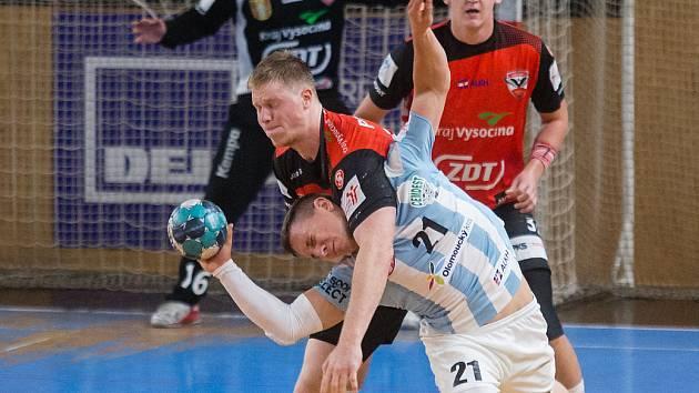 V prvním vzájemném duelu letošní sezony doma házenkáři Nového Veselí (v červených dresech) podlehli Hranicím (v modrobílém) 22:26.