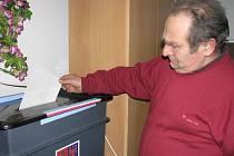 Jaromír Dudek z Rousměrova vhazuje obálku do volební urny.