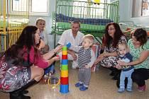 Věci za více než 27 tisíc korun včera dětskému oddělení předalo občanské sdružení ZpěvAhra z Nedvědice. Malé pacienty zaujaly především hračky.