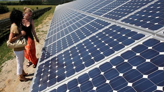 Několik hektarů zabírají fotovoltaické elektrárny. První už v Česku stojí. O postavení zařízení, které získává energii ze slunečního záření, se teď jedná na radnici v Bystřici.
