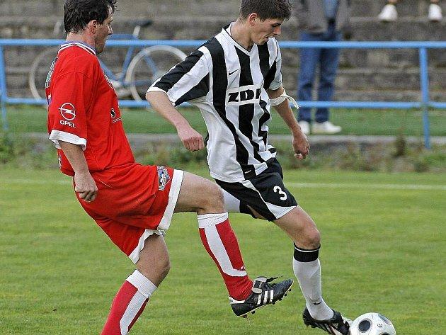 Zatímco fotbalisté Žďáru (v pruhovaném dresu stoper Jakub Šindelka) těsně prohráli v Šardicích, Jiří Hort z Velkého Meziříčí slavil výhru 1:0.