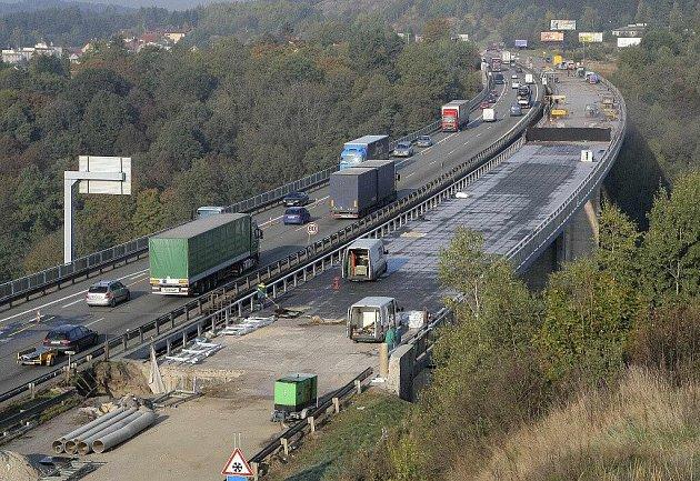 Plánovaná rekonstrukce vozovky druhé části dálničního mostu Vysočina nad Velkým Meziříčím začne v sobotu 14. dubna a potrvá až do 24. června. Na snímku je most při opravě první poloviny v roce 2011.