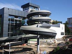 Práce na stavbě žďárského relaxačního centra pokračují. Na září je podle místostarosty Ladislava Bárty naplánováno napouštění bazénů a odzkoušení technického zázemí.