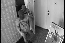 Dva ozbrojení muži v kuklách ve věku 20 – 25 let přepadli 19. října spořitelnu v obci Křižanov. Pachatelé si odnesli finanční hotovost v desítkách tisíc korun. Po zlodějích pátrají žďárští kriminalisté.
