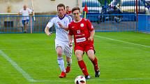 Záchranářský duel mezi fotbalisty Okříšek (v bílém) a HFK Třebíč (v červeném) slibuje pořádnou záchranářskou bitvu.