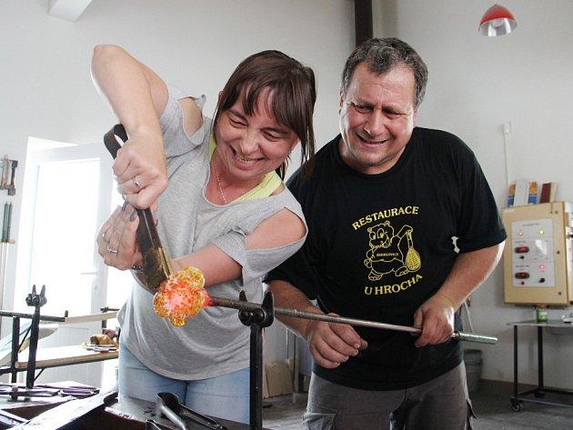Vyzkoušet si sklářské řemeslo mohou prázdninoví výletnici ve Škrdlovicích na Žďársku. Malá huť v areálu hotelu U Hrocha je zaměřená na glass turistiku.