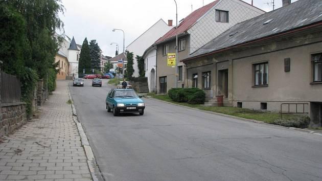 Frekventovaná Nečasova ulice v Novém Městě na Moravě bude dlouhodobě uzavřena kvůli výstavbě chodníku a rekonstrukci sítí. Lidé žijící v ulici se nedostanou s auty ke svým garážím.