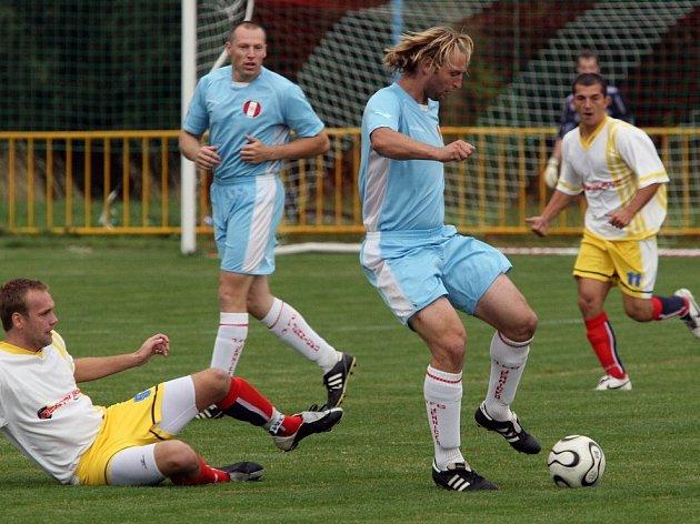 Hostující Jemnicko v čele s kapitánem Zdeňkem Koutným (u balonu) nedokázalo ze své převahy v druhém poločase vytěžit vyrovnávací branku. I přesto, že bylo fotbalovějším týmem, si odvezlo těsnou porážku 1:0.