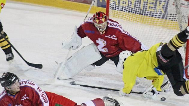 Hokejisté Žďáru nad Sázavou (v červeném) ve vyrovnané bitvě dokázali těsně zdolat na svém ledě Kutnou Horu a oplatit tak jejím hráčům porážku z letošního prvního kola.