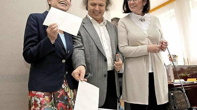 Miroslava Němcová (ODS) uhájila křeslo ve Sněmovně. Na snímku s houslovým virtuosem Václavem Hudečkem, který volil v pátek ve Žďáře nad Sázavou.