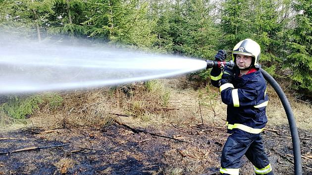 Teplo a sucho dál živí požáry v lesích na Vysočině. Hořelo už na desítkách míst