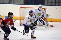 Hokejisté Velkého Meziříčí (v bílých dresech) v minulém týdnu získali plný počet šesti bodů a vyhoupli se na první místo tabulky Krajské ligy.