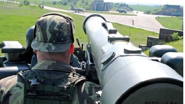 Zkouška nového protiletadlového raketového systému RBS-70, na kterém se vojáci učí zaměřovat cíle.