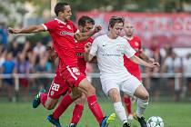 Po třech letech si mohou fotbalisté divizního Žďáru (v bílém) zopakovat pohárový souboj se Zbrojovkou Brno (v červeném)
