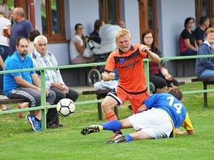 Ani dva góly záložníka Michala Šacla (v oranžovém) na hřišti Jemnicka fotbalistům Radešínské Svratky k bodovému zisku nestačily. Foto: David Mahel