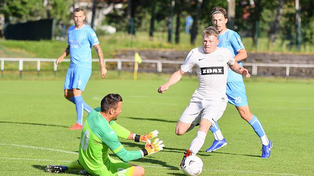 Dva rozdílné zápasy sehráli o uplynulém víkendu divizní fotbalisté Žďáru nad Sázavou (v bílém). V tom prvním vyhráli v Nové Vsi vysoko 5:1, v tom druhém doma podlehli třetiligovému Blansku těsně 0:1.